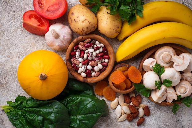 Productos que contienen potasio. concepto de comida sana