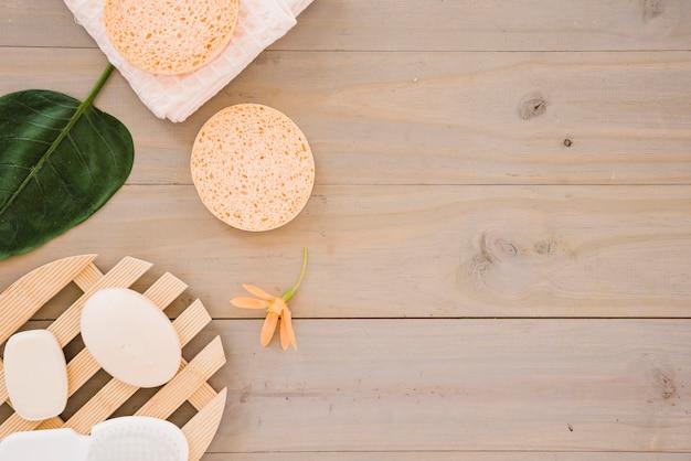 Productos redondos para el cuidado de la piel decorados con flores y hojas.
