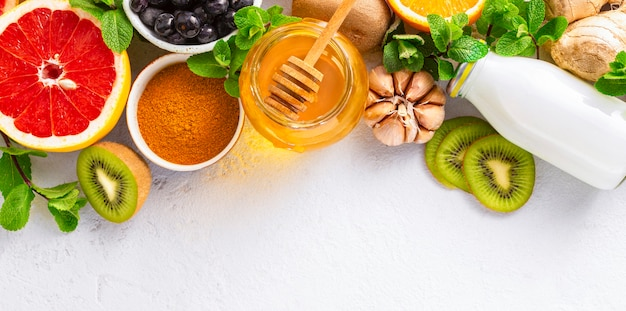 Productos saludables para el aumento de la inmunidad en el fondo blanco con vista superior del espacio de copia. verduras y frutas para estimular el sistema inmunológico.