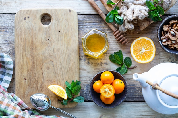 Productos saludables para el aumento de la inmunidad en el fondo de madera con vista superior del espacio de copia. limón, nueces, jengibre para el sistema inmunitario.