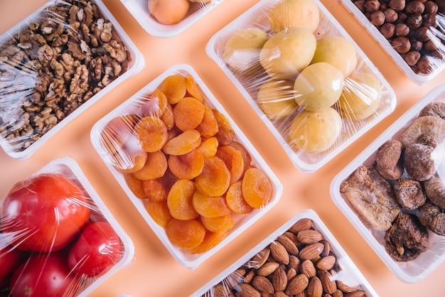 Productos saludables en envases de plástico.