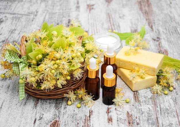 Productos de spa con flores de tilo.