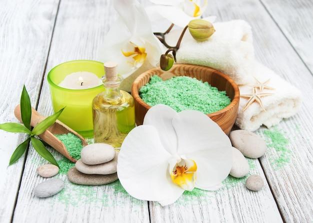 Productos de spa y orquídeas blancas.