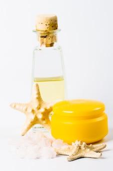 Productos de spa: sal marina, crema facial, aceite y estrellas.