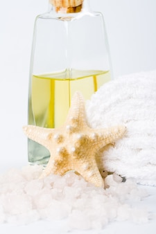 Productos de spa: sal marina, toalla, aceite y estrella.