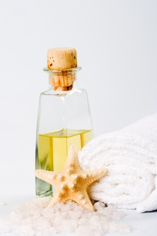 Productos de spa: sal marina, toalla, aceite y estrellas.