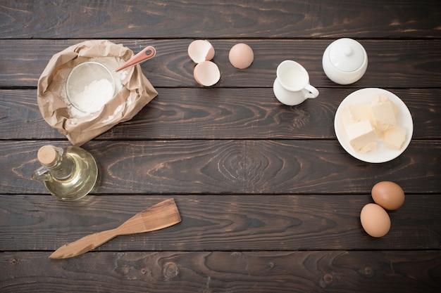 Productos para su preparación de masa sobre superficie de madera oscura.