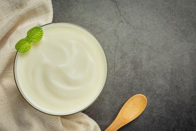 Productos de yogur de aguacate y aguacate hechos de aguacate concepto de nutrición alimentaria.