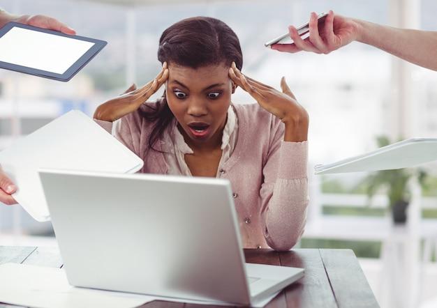 Profesión fría sonrisa de oficina femenina