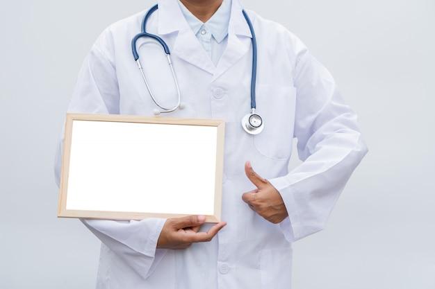 Profesión médico en bata blanca sobre fondo blanco aislado