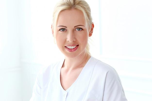 Profesional. hermosa cosmetóloga con linda sonrisa