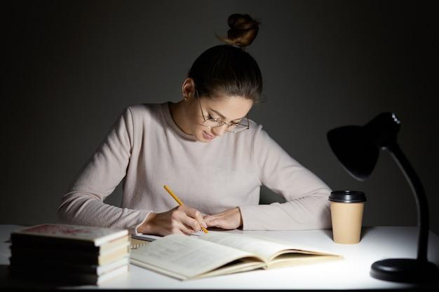 El profesional independiente ocupado reescribe la información en el bloc de notas