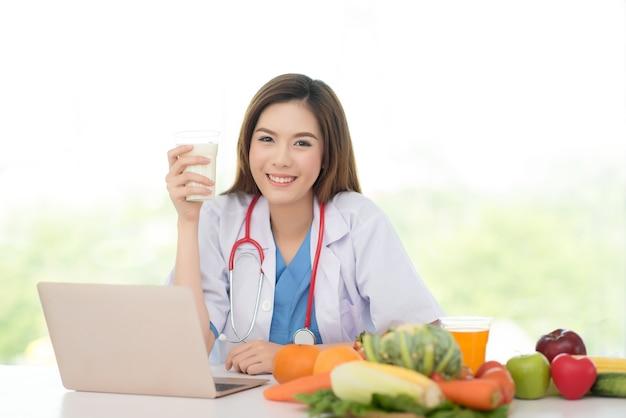 Profesional médico en nutricionista con vaso de leche con alto contenido de calcio