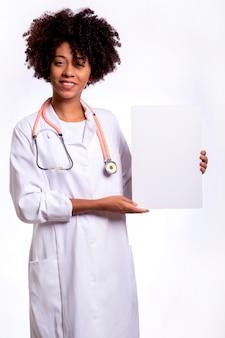 Profesional médico que trabaja con pancarta publicitaria en blanco