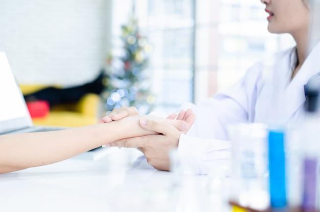 Profesional médico recibiendo paciente en hospital.