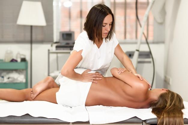 Profesional, mujer, fisioterapeuta, dar, hombro, masaje, rubio, mujer