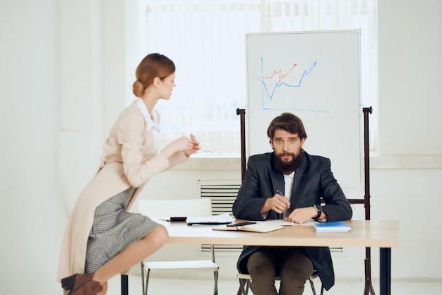 Profesionales de la comunicación de oficina de escritorio de colegas de trabajo
