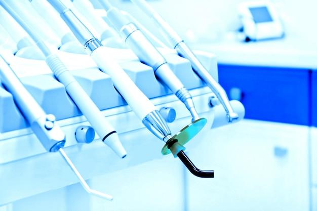Profesionales herramientas de dentista en la oficina dental.