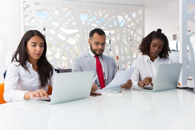 Profesionales de negocios que verifican datos de proyectos