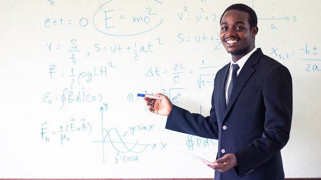 Profesor africano enseñando ciencias en el aula.