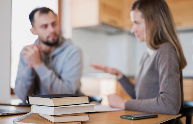 Profesor y alumno en casa en una sesión de tutoría