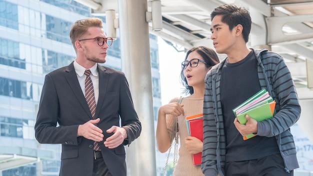 Profesor y alumnos caminando y hablando