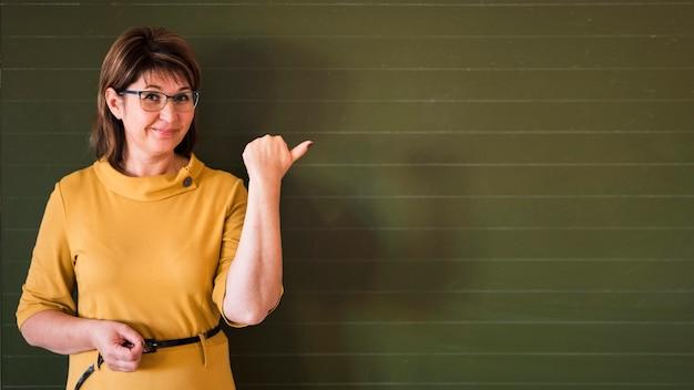 Profesor apuntando a la pizarra