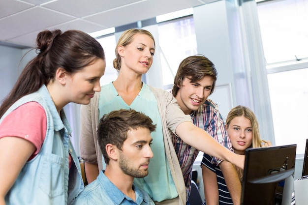 Profesor ayudando a estudiantes en su clase
