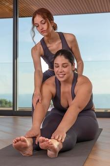 Profesor ayudando a mujer con pose