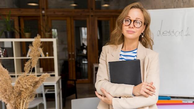 Profesor con cuaderno en clase