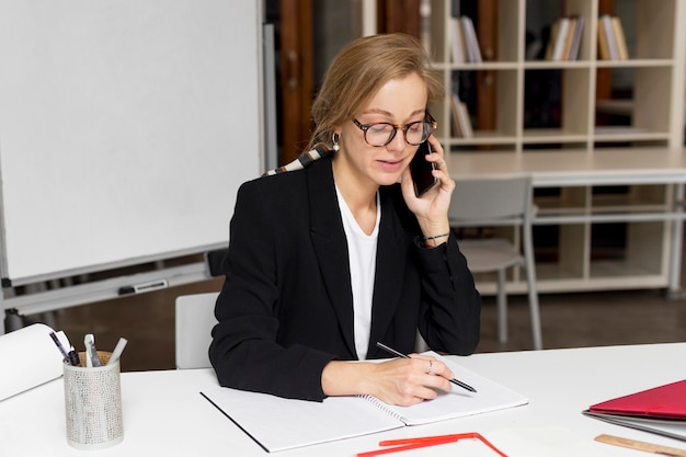 Profesor hablando por móvil