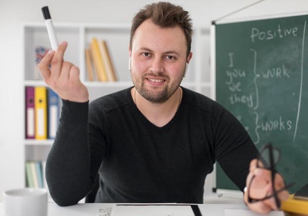 Profesor haciendo una lección de inglés en línea para sus alumnos.