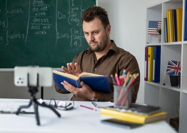 Profesor haciendo una lección de inglés online Foto Premium
