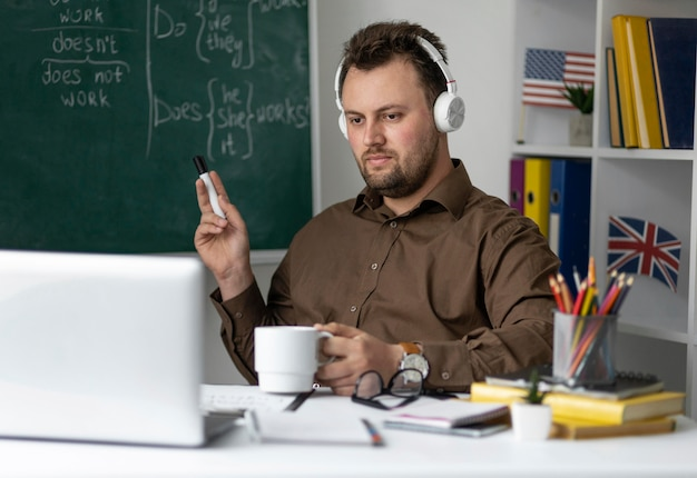 Profesor haciendo una lección de inglés online