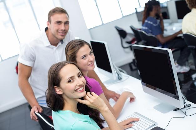 Profesor de informática y estudiantes bonitas