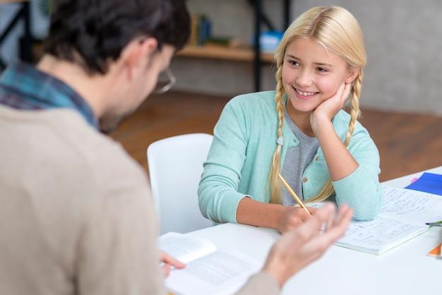 Profesor y joven estudiante entendiendo la nueva lección