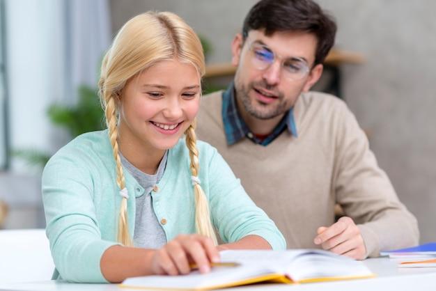 Profesor y joven estudiante siendo feliz