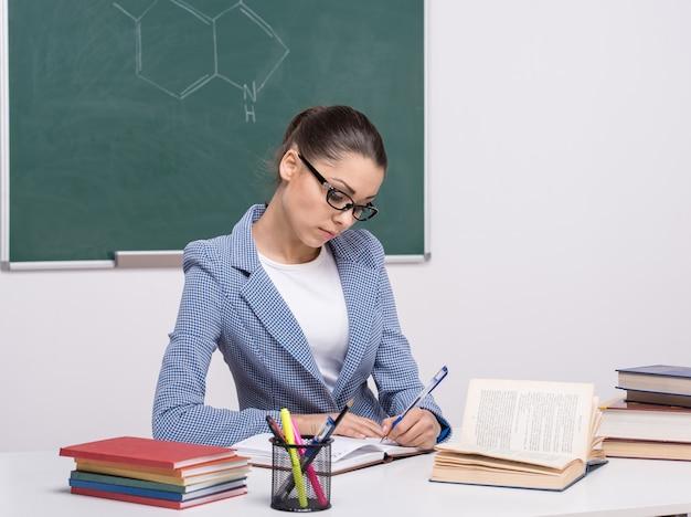 Profesor joven sonriente en el aula.