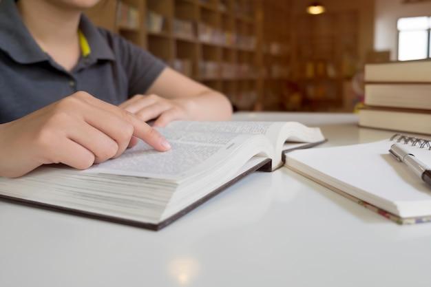 Profesor lector información primer conocimiento novela