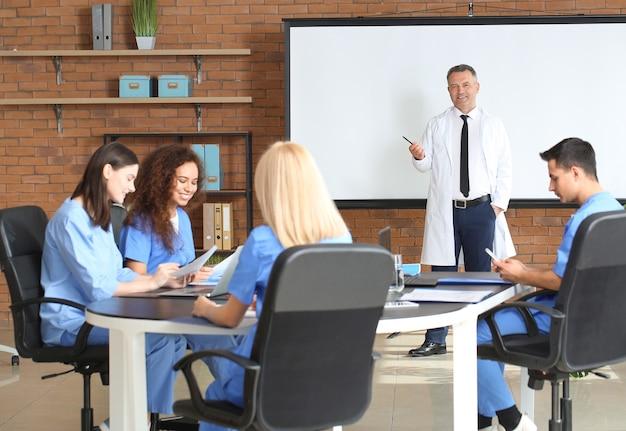 Profesor masculino que enseña a los estudiantes de medicina en la universidad.