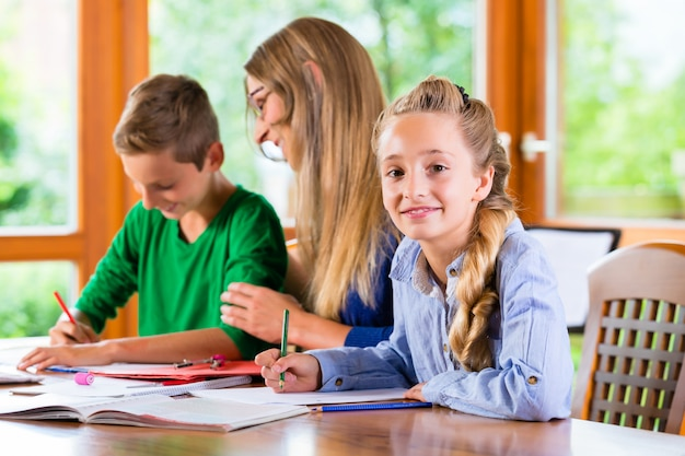 Profesor particular dando clases en casa.
