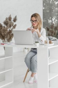 Profesor preparándose para una clase en línea