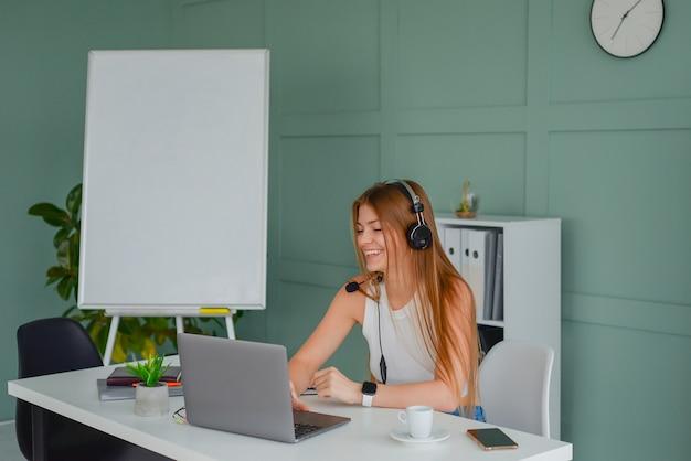 El profesor revisa la tarea de los estudiantes y está muy cansado del trabajo autónomo con la computadora portátil