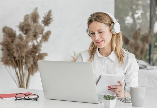Profesor sonriente preparándose para una clase en línea