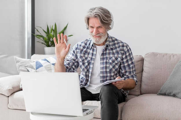 Profesor de tiro medio saludando a la computadora portátil