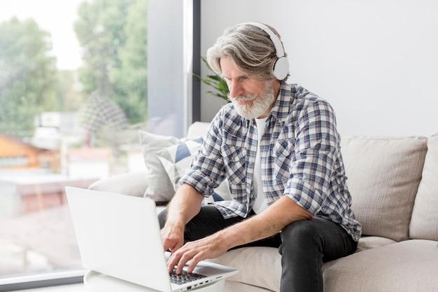 Profesor de tiro medio usando laptop
