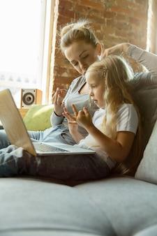 Profesora caucásica y niña, o mamá e hija. educación en el hogar