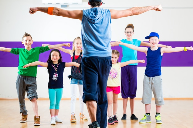 Profesora de danza dando clases de fitness zumba