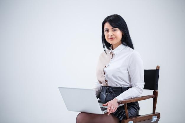 Profesora, empresario está estudiando un nuevo proyecto en una computadora portátil. concepto de jornada laboral