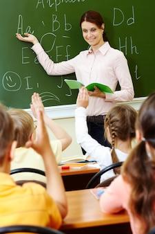 Profesora enseñando el alfabeto